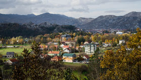 La città di Cetinje nel Montenegro ha circondato dalle montagne Siluetta dell'uomo Cowering di affari Paesaggio di caduta Immagini Stock Libere da Diritti