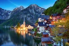 La città di Hallstatt della bella estate ed il lago alpini Hallstatter vedono Fotografie Stock