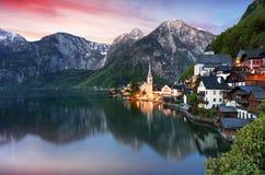 La città di Hallstatt della bella estate ed il lago alpini Hallstatter vedono Immagini Stock Libere da Diritti