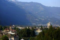 La città di Interlaken circondata dalle alpi svizzere Immagine Stock Libera da Diritti