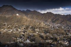 La città di Leh, capitale di Ladakh ha individuato in India del nord Osservato dal palazzo di Leh Fotografie Stock