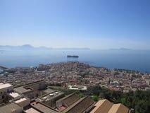 La città di Napoli da sopra Napoli L'Italia Vulcano di Vesuvio dietro Incrocio della chiesa ortodossa e la luna fotografia stock libera da diritti