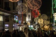 La città di Natale si accende sopra la via pedonale a Madrid Fotografia Stock Libera da Diritti