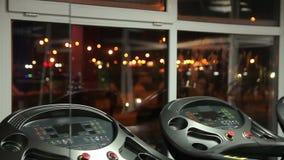 La città di notte accende la finestra vista attraverso della palestra vuota, articolo sportivo moderno archivi video