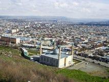 La città di Oš Vista dal supporto Sulaiman-Too immagini stock