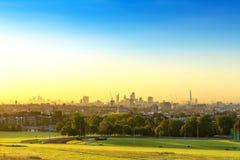 La città di paesaggio urbano di Londra ad alba con la foschia di primo mattino dalla brughiera di Hampstead Le costruzioni includ Immagini Stock