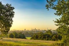 La città di paesaggio urbano di Londra ad alba con la foschia di primo mattino dalla brughiera di Hampstead Le costruzioni includ Fotografia Stock