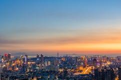 La città di Qingdao nell'ambito della notte fotografia stock