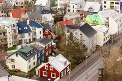 La città di Reykjavik alloggia vicino a catedral Fotografia Stock Libera da Diritti