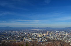 La città di Roanoke dal mulino Mountian trascura Fotografie Stock Libere da Diritti