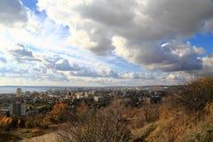 La città di Saratov sulla banca del fiume Volga contro il cielo blu Vista dalla montagna di Sokolovaya Immagini Stock Libere da Diritti
