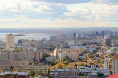 La città di Saratov sulla banca del fiume Volga contro il cielo blu Vista dalla montagna di Sokolovaya Fotografia Stock
