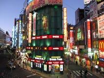 La città di sera compera luci al neon in via centrale di Tokyo fotografie stock libere da diritti