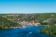 La città di Skradin sul fiume di Krka in Dalmazia, Croazia ha osservato dalla distanza fotografia stock