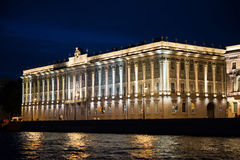 La città di St Petersburg, viste di notte dal motore spedisce Fotografie Stock