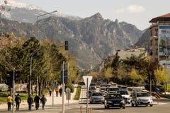 La città e le montagne Fotografie Stock Libere da Diritti