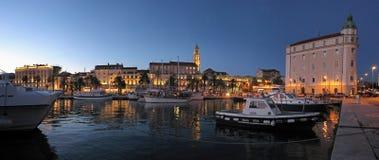 La città ha spaccato in Croazia, vista di notte del palazzo di Diocleziano dalla spiaggia Immagini Stock Libere da Diritti