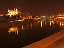 La città illumina la riflessione nel fiume Fotografia Stock