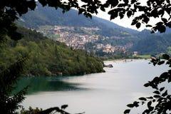 La città italiana Molveno ed il suo lago Immagine Stock Libera da Diritti