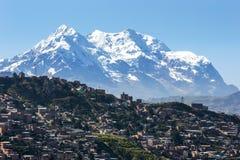 La città moderna del La Paz in Bolivia ha adombrato da Illimani Fotografia Stock Libera da Diritti