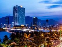 La città moderna si trova in mezzo ad un fiume in cui un ponte è più fotografie stock
