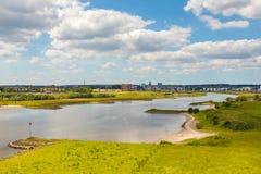 La città olandese di Arnhem con il Nederrijn nella parte anteriore Immagini Stock