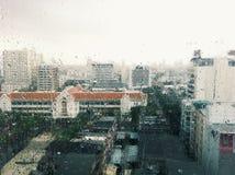 La città in pioggia fotografia stock