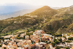 La città soleggiata con il paesaggio della montagna, Sicilia, Italia Immagine Stock