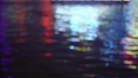 La città vaga si accende con effetto del bokeh riflesso sull'acqua stock footage