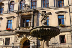 La città Klodzko, Polonia, fontana e municipio Immagine Stock Libera da Diritti