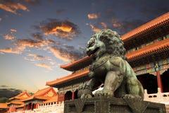 La città severa con incandescenza di tramonto a Pechino Immagine Stock