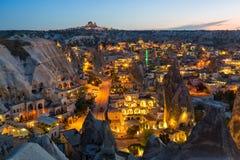 La ciudad antigua y un castillo de Uchisar cavaron de las montañas después de crepúsculo Fotos de archivo
