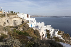 La ciudad blanca de Oia en el acantilado que pasa por alto el mar, Santorini, las Cícladas, Grecia Fotos de archivo