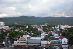 La ciudad cerca de la montaña Fotos de archivo libres de regalías