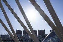 La ciudad contra la luz del Umbracle en Valencia imagen de archivo