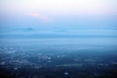 La ciudad cubierta en niebla Fotos de archivo