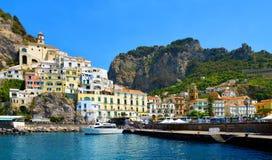 La ciudad de Amalfi, sitio del patrimonio mundial de la UNESCO, golfo de Salerno, Italia imagenes de archivo