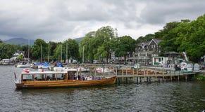 La ciudad de Ambleside en el lago Windermere Foto de archivo