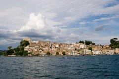 La ciudad de Anguillara Sabazia Foto de archivo