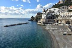 La ciudad de Atrani en la costa de Amalfi, en Italia foto de archivo