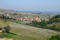 La ciudad de Barolo en la región del vino de Piemonte de Italia septentrional imágenes de archivo libres de regalías