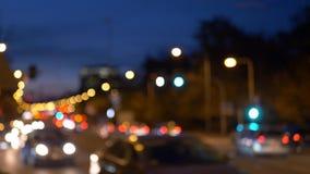 La ciudad de Bokeh enciende tráfico en el tiempo del tinght almacen de metraje de vídeo