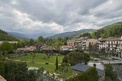 La ciudad de Campordon en las montañas de los Pirineos en un día nublado Fotografía de archivo libre de regalías