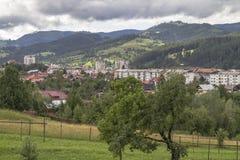 La ciudad de Campulung-Moldovenesc después de un día de lluvia, el sol a imágenes de archivo libres de regalías