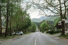 La ciudad de Cetinje está situada en el hueco del intermountain, en el pie del macizo de la montaña de Lovcen Una de las ciudades imágenes de archivo libres de regalías