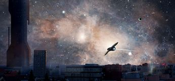 La ciudad de la ciencia ficción con el planeta, la nebulosa y las naves espaciales, elementos suministra imágenes de archivo libres de regalías