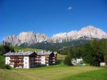 La ciudad de Cortina d'Ampezzo en las dolomías Fotos de archivo libres de regalías