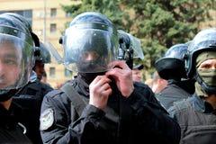 La ciudad de Dnepr, Ucrania, el 9 de mayo policía en cascos protege ley y orden en un evento total Fotografía de archivo