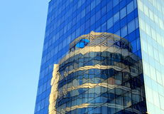 La ciudad de Dnepr, Ucrania, torre de cristal redonda se refleja en el edificio de cristal, Imagenes de archivo