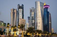 La ciudad de Doha, Qatar en la hora azul Foto de archivo